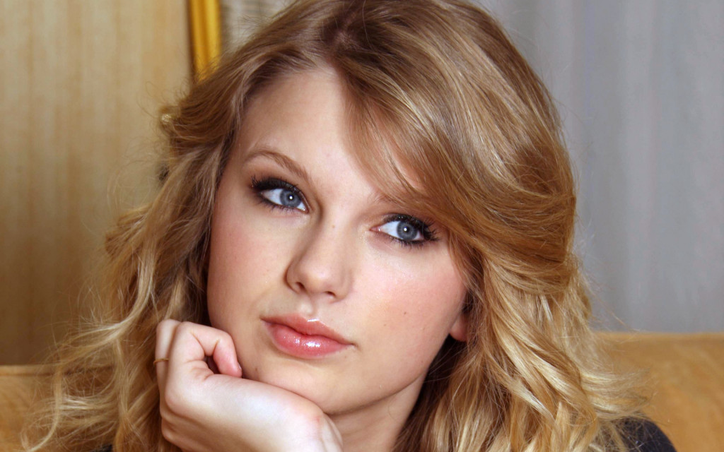 Looking Taylor Swift - Looking Taylor Swift