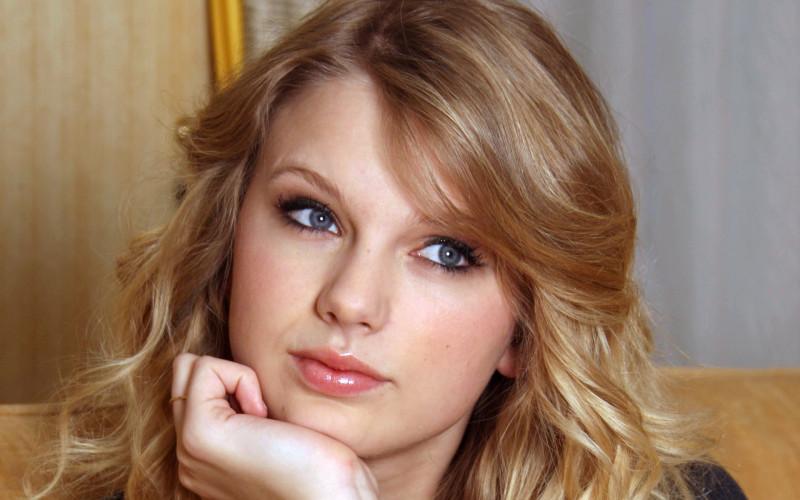 Looking Taylor Swift - Looking Taylor Swift