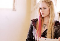 Avril-Lavigne-with-Skull-Necklace-and-Red-Streak-in-Hair